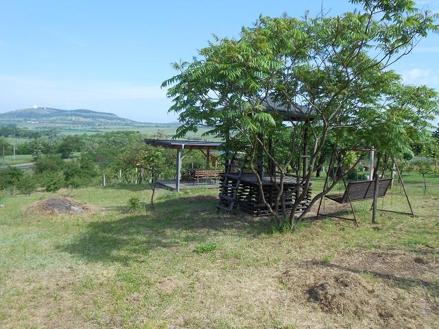 Pohled na zahradu zhora