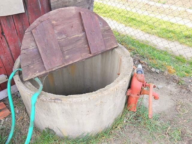 Skružová studna s čerpadlem