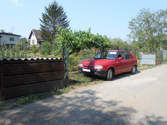 2 parkovací místa a přístřešek